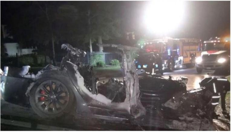 Sürücüsüz tesla virajı alamadı... 2 kişi hayatını kaybetti